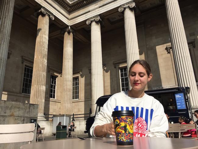 Viktoria in front of the British Museum