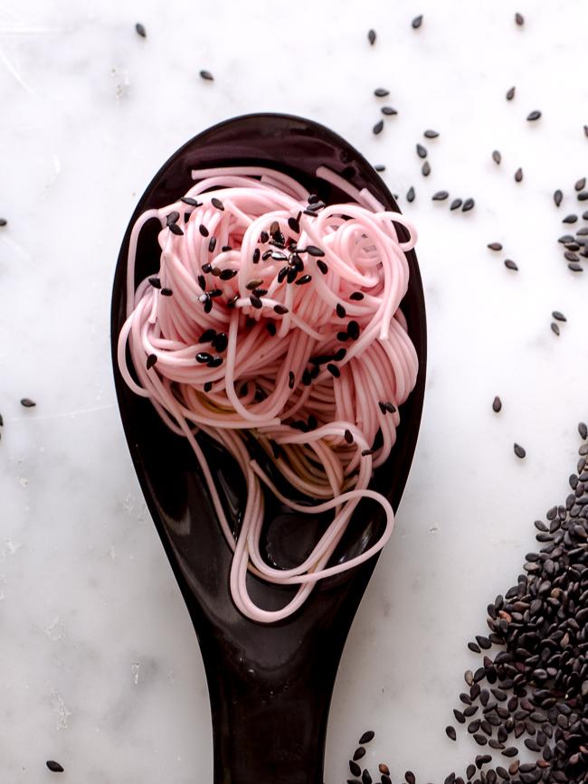 pink noodles (3 von 4)plum some with lemon scented olive oil and black sesame